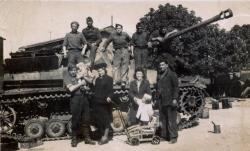 1945-devant-un-char.jpg