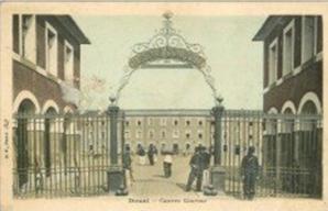 Carte postale ancienne 59 douai caserne conroux 1908 militaires et sentinelle